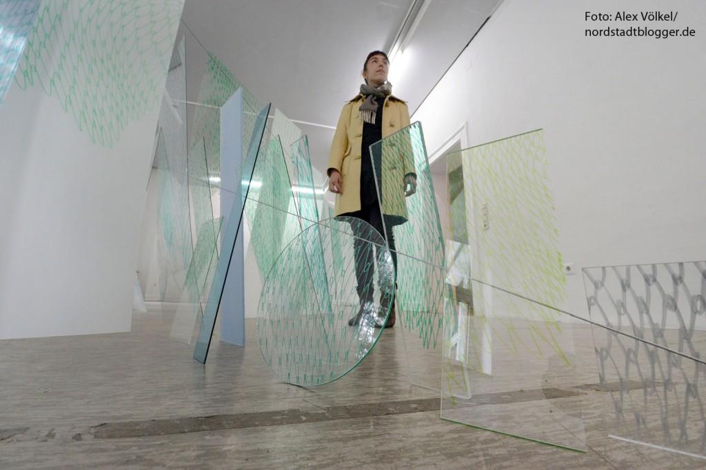 """Die Zeichnungen der kanadischen Künstlerin Mareike Lee funktionieren als räumlich begehbare Installationen. Material und Installation werden als Fläche wahrgenommen und als zweidimensionale Arbeit von der Künstlerin verstanden. """"Die Zeichnungen sind wie """"Building Blocks"""" oder Notizen des Denkprozesses, die zur visuellen Sprache werden."""" Foto: Alex Völkel"""