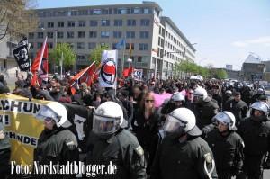800 Linksautonome und Antifaschisten zogen vom Hauptbahnhof ins Kreuzviertel. Foto: Alex Völkel