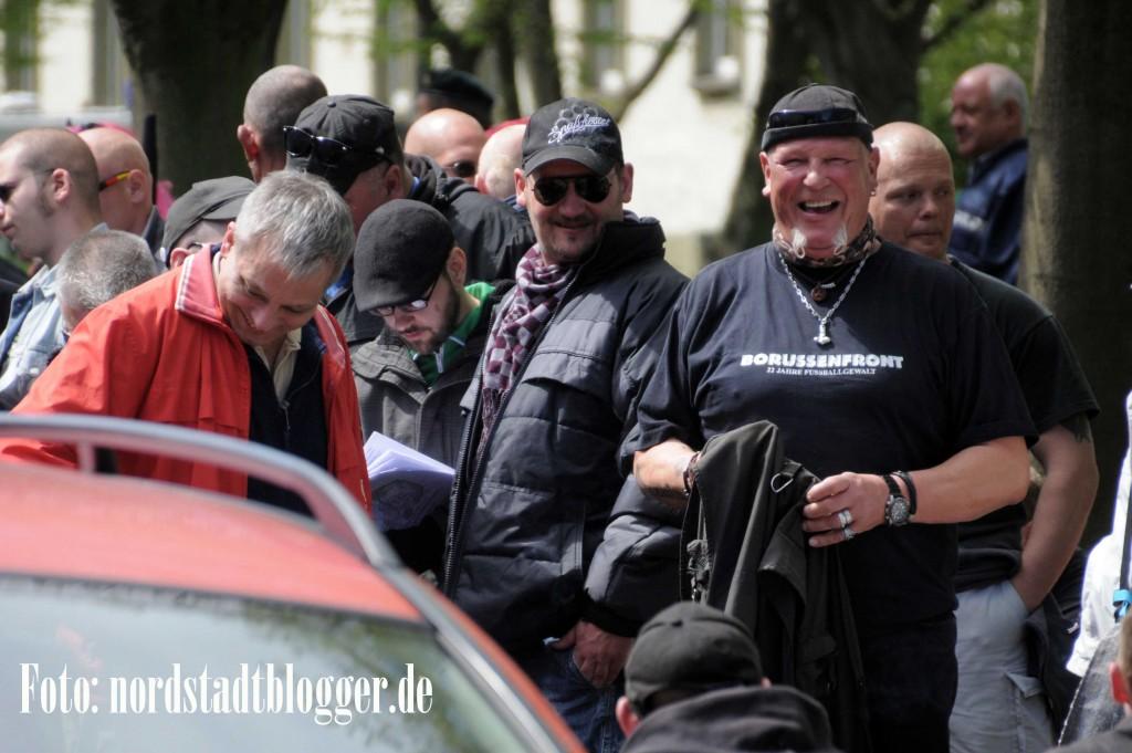 Gut gelaunt zeigte sich SS-Siggi Siegfried Borchardt (rechts) mit dem Hamburger Neonazi Christian Worch (links) auf dem Aufmarsch