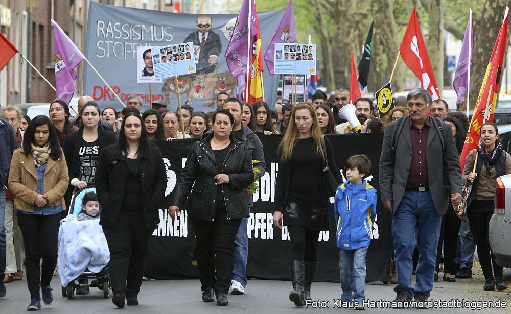 Gedenken an den Mord an Mehmet Kubasik. Gamze und Elif Kubasik (vorne 2. u. 3. v. links) führen den Marsch zur Steinwache an