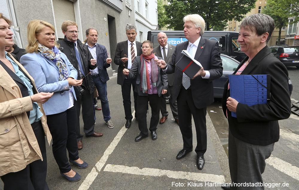 Bundesministerin Barbara Hendricks zu Gast in der Nordstadt. Ein Ständchen zum Geburtstag der ministerin vor dem Haus an der Brunnenstraße
