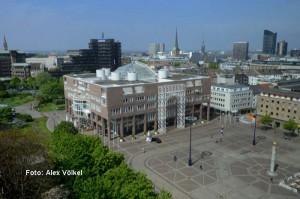 Stadtansicht Rathaus Dortmund mit Friedensplatz und City-Skyline. Foto: Alex Völkel