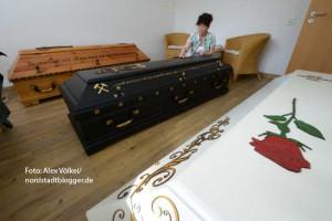 Ramona Gent bietet individuelle Sarg- und Urnengestaltung an.