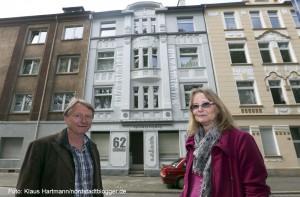Bilderflut: Sieben Gebäude mit neuer Fassadengestaltung. Hauseigentümer Franjo Eulering und Anne Jakob vor ihrem Haus in der Gronaustraße