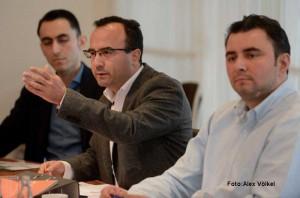 Emre Gülec (mi.) und Sadi Ucuram (re.) ziehen eine positive Bilanz der Arbeit des Integrationsrates.