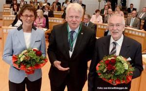 Oberbürgermeister Ullrich Sierau (Mitte) gratuliert Bürgermeisterin Birgit Jörder und Bürgermeister Manfred Sauer