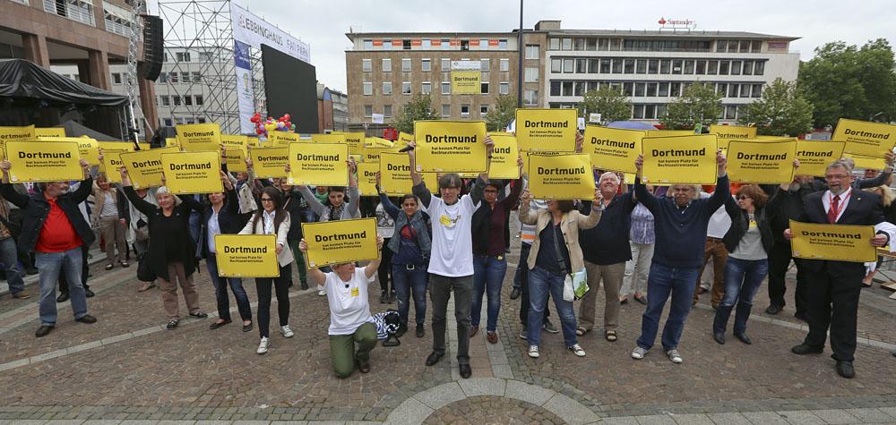 """1. Ratsitzung des neu gewählten Dortmunder Stadtrat mit Siegfried """"SS-Siggi"""" Borchardt. Protest gegen den Einzug des Kandidaten der Partei die Rechte"""