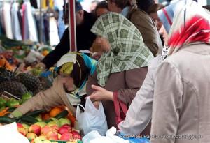 Muslimische Frauen auf dem Wochenmarkt