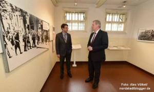 Steinwachen-Leiter Dr. Stefan Mühlhofer und Kulturdezernent Jörg Stüdemann in der Ausstellung.