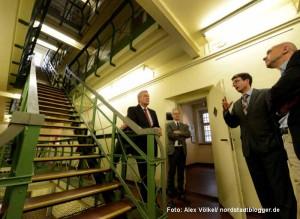 Steinwachen-Leiter Dr. Stefan Mühlhofer und Kulturdezernent Jörg Stüdemann stellten NRW-Staatssekretär Bernd Neuendorf das Haus vor.