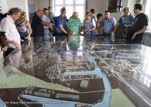 Hafenspaziergang 2014. Großer Besucherandrang im alten Hafenamt vor dem Modell des Dortmunder Hafen