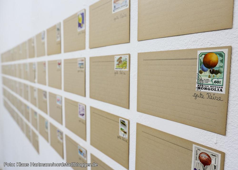 """Ausstellung: Utopisten & Weltenbauer, Künstlerhaus am Sunderweg. """"gute Reise"""", 68 Karteikarten und ein Karteikartenstapel mit Flugobjekt von Gaby Taplick"""
