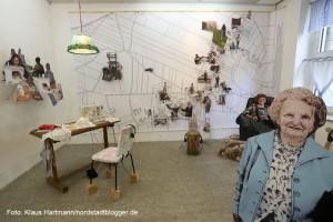 Ausstellung: Utopisten & Weltenbauer, Künstlerhaus am Sunderweg. Installation MI KRICHT HIER KEENER MEHR WECH / HEIMISCH, Pampsee von Barbara Caveng