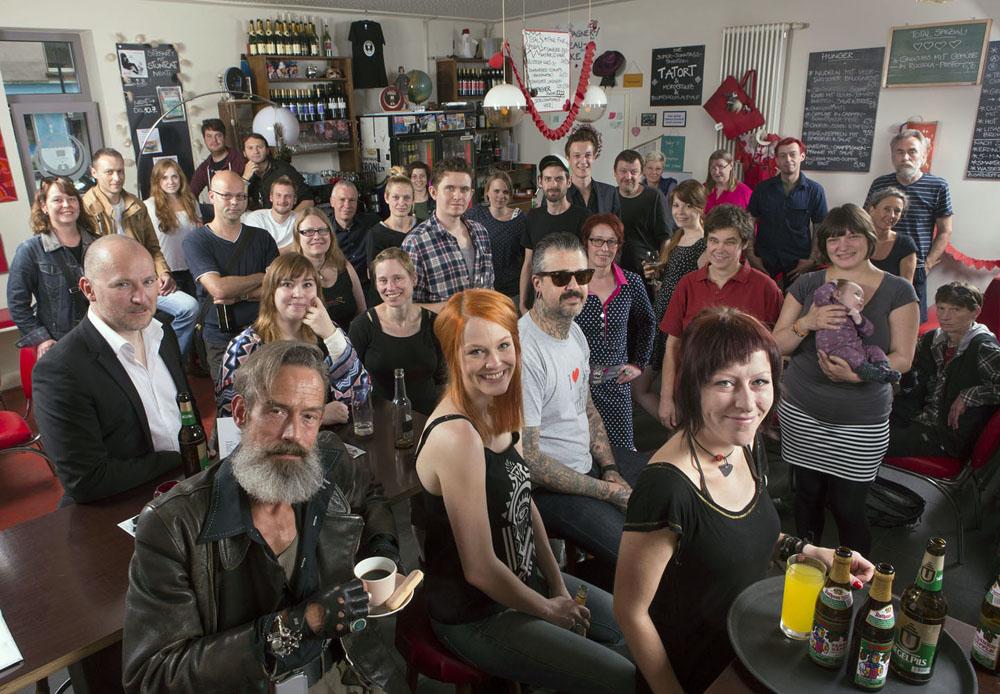 Mitarbeiter und Stammgäste des Salon Fink am Nordmarkt. Foto: Klaus Hartmann