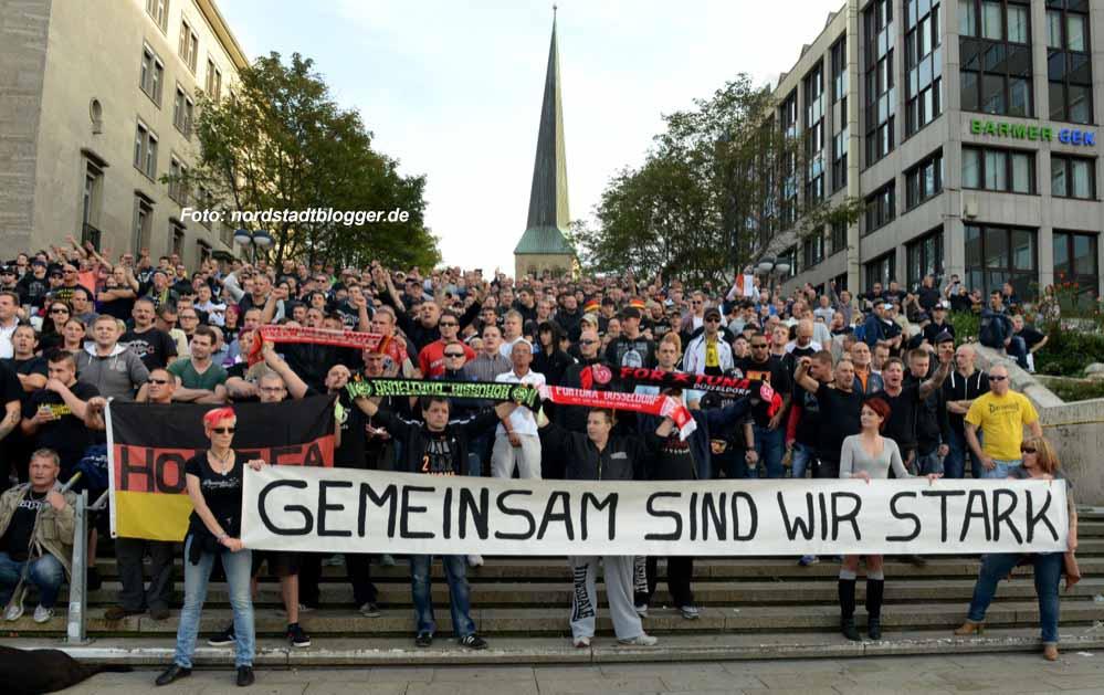 """300 Menschen nahmen am Treffen der Gruppe """"Hooligans gegen Salafisten"""" in Dortmund teil."""