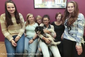 Malteser Social Day im Jugentreff und Kindergarten St. Gertrudis. Jugendliche Besucherinnen und Betreuerinnen nahmen die neuen Sofa sofort in Besitz