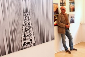 """Links: Foto von Klaus Pfeiffer mit dem Titel """"ora et lege"""" (Bete und lies). Der Künstler ist rechts zu sehen."""