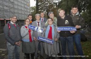 """Die Partei """"Die Partei"""" benennt Straßen mit brauner Vergangenheit um. Mitglieder der Partei Die Partei mit neuen Straßenschildern"""