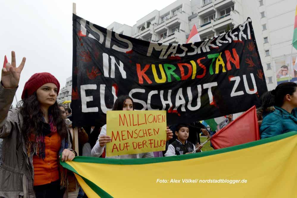 Fast 1000 Menschen - überwiegend Kurdinnen und Kurden - gingen in Dortmund gegen die IS-Terror auf die Straße. Foto: Alex Völkel