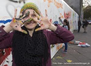 Borsig 11 gestaltet Wand am Vincenz-Heim in der Oesterholzstraße. Isabell mit Spaß dabei