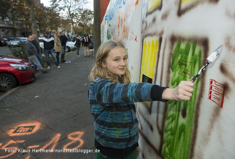 Borsig 11 gestaltet Wand am Vincenz-Heim in der Oesterholzstraße. Silvana hat ein Haus gemalt