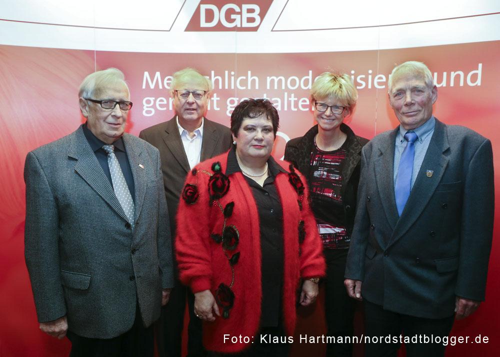 DGB verleiht Alfred-Gundlach-Medaille an verdiente Gewerkschafter. V. l.: Ernst Söder, ehem. Regionsvorsitzender; Bruno Köneke, GEW; Gabriele Dröst, NGG; Jutta Reiter, Vorsitzende DGB Dortmund-Hellweg; Dieter Grell, EVG