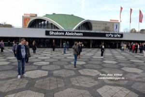 Eine berührende theatral-musikalische Aktion machte der Jugendclub des Theaters Dortmund.