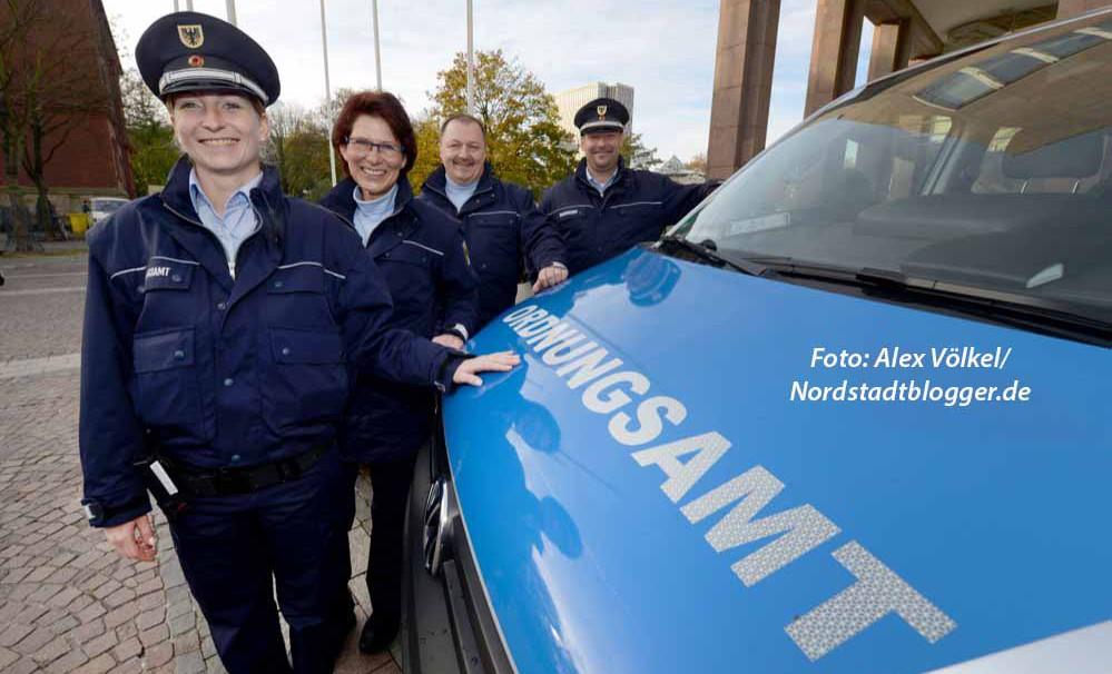 Die Ordnungsamtsmitarbeiter Sandra Lange, Erika Erdmann, Darko Zürchauer und Tobias Sahlmann (v.l.) stellten ihre neue Dienstkleidung vor.
