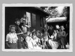 """Zwei Baracken mitten auf dem Nordmarkt und eine """"KIndergärtnerin"""" in weißer Schürze - so erlebten diese Kinder noch in den 1960er Jahren ihre Ganztagsbetreuung."""