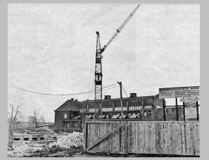 Das Kellergeschoß guckt schon aus der Baugrube. Die Kindertagesstätte Nord entsteht im Schatten des alten Nordbads (im Hintergrund).