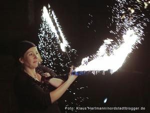 Pauluskirche erstrahlt in hellem Licht. Für ein Feuer-Spektakel sorgt die Gruppe Fem-Fire