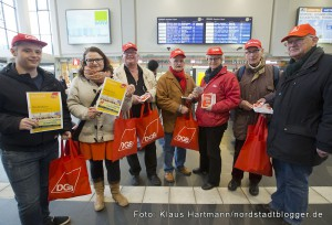 DGB Dortmund informiert im Hauptbahnhof über den Mindestlohn. Jutta Reiter, Vorsitzende Stadtverband Dortmund, 3. v. rechts und Kollegin und Kollegen des DGB