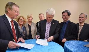 Staatssekretär Ludwig Hecke, OB Ullrich Sierau und Prof. Dr. Gunter Thielen ( Walter Blüchert Stiftung) haben den Kooperationsvertrag  unterzeichnet.