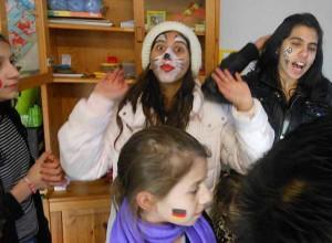Gute Stimmung: Bewohner bei der Party-Vorbereitung. Foto: Gudrun Kumpmann