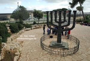 Die große Menorah vor der Knesset in Jerusalem stammt von Benno Elkan. Foto: Alex Völkel
