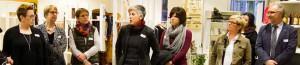 """Besuchten Unternehmerinnen in der Nordstadt: Die Teilnehmer und Veranstalter des Rundgangs """"Unternehmerinnen bewegen einen Stadtteil"""". Annette Kritzler (schwarzer Schal) leitete die Tour."""