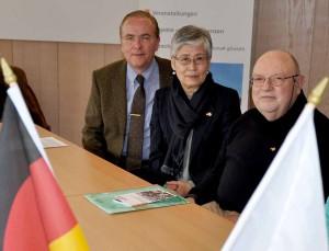 AGNRW-Präsident Klaus Wegener dankt Yoko und Horst Schlütermann für ihr Engagement.