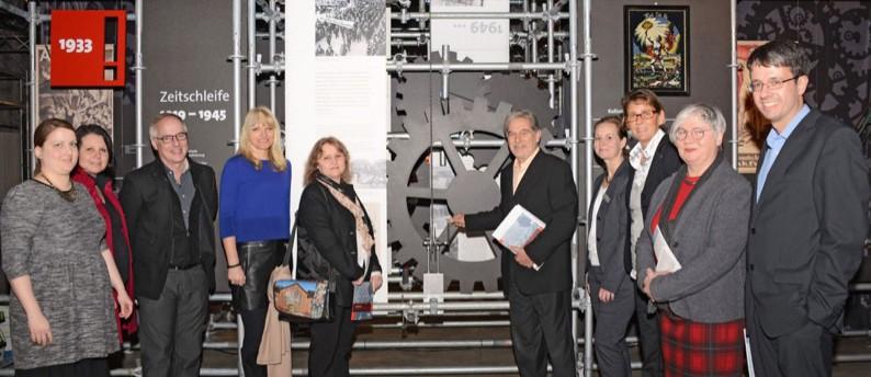 Veranstalter und Förderer in der Ausstellung: (v.l.) Katharina Krause, Dr. Anne Kugler-Mühlhofer und Dirk Zache (LWL-Industriemuseum), LWL-Kulturdezernentin Dr. Barbara Rüschoff-Thale, Angela Nieswand (Förderverein Industriemuseum Zollern), Franz-Josef Kniola (NRW-Stiftung), Jeanette Bludau (Sparkasse Dortmund), Bürgermeisterin Birgit Jörder, Hanneliese Palm (Fritz-Hüser-Institut) und Dr. Stefan Mühlhofer (Stadtarchiv Dortmund).Foto: LWL/Hudemann