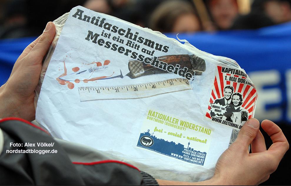 Nach der tödlichen Messerattacke auf den Punker Thomas Schulz verbreiteten Neonazis Aufkleber mit dem Motto: Antifaschismus ist ein Ritt auf Messers Schneide. Archivbild: Völkel