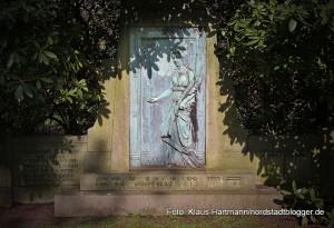 Grabmal der Familie Tiemann aus dem Jahr 1904. Der Gastwirt wohnte in der Heilige Garten Straße. Das Grabmal steht unter Denkmalschutz.
