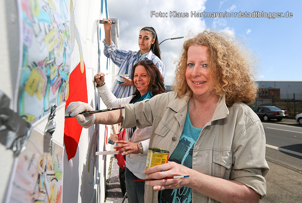"""Mauer Galerie, Streetart 2015 in der Weißenburger Straße am Kraftwerk. Claudia Müller, vorne, vom Kunstprojekt """"So geht Kunst"""" und Annette Goeke und eine Jugendliche aus dem Projekt malen an ihrem Werk"""