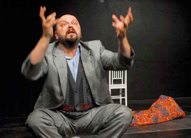 Ali - gespielt von Matthias Hecht - versucht den Verlust seiner Familie und seines Hauses nach dem Brandanschlag zu verarbeiten.