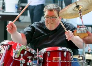 Fackellauf für Menschen mit Behinderungen. Schlagzeuger der Haus-Band der Werkstätten, Strarclub, heizt ein