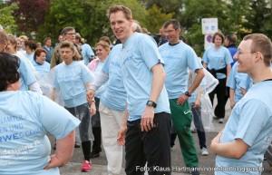 Fackellauf für Menschen mit Behinderungen. Olympiateilnehmer und Medaillengewinner bei den olympischen Spielen, Frank Busemann, macht sich mit den Läufern warm