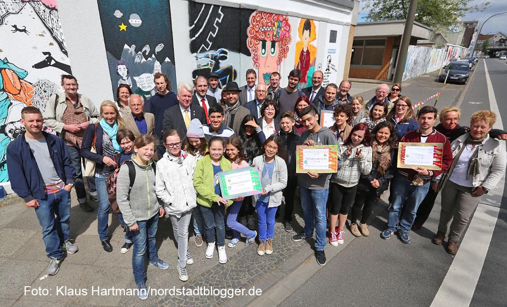 Preisverleihung des Streetart Mauerprojektes 2015. Preisträger, Jury und Sponsoren und Oberbürgermeister Ullrich Sierau vor der Mauer in der Weißenburger Straße
