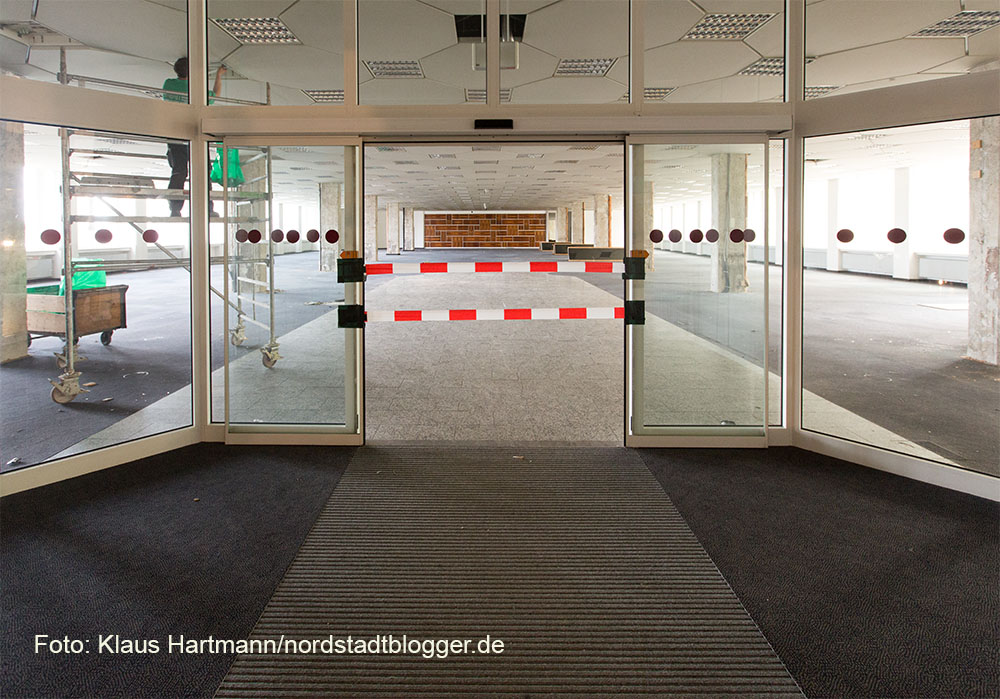 Sanierungsbeginn des ehemaligen AOK-Gebäudes. Die große Halle