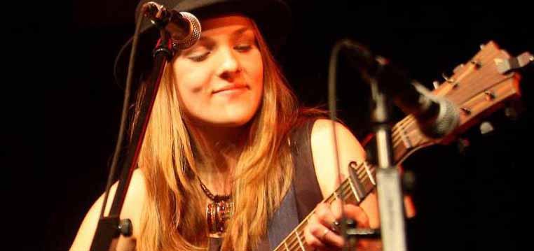 """""""NIA"""" - Singer-Songwriterin aus Dortmund - tritt beim Stammtisch auf."""
