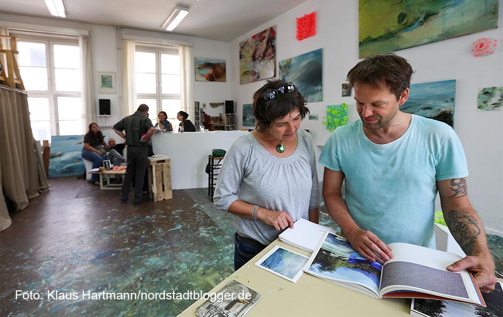 Offene Nordstadtateliers 2015. Maler Dirk Pleyer und Besucherin in seinem Atelier im Künstlerhaus am Sunderweg