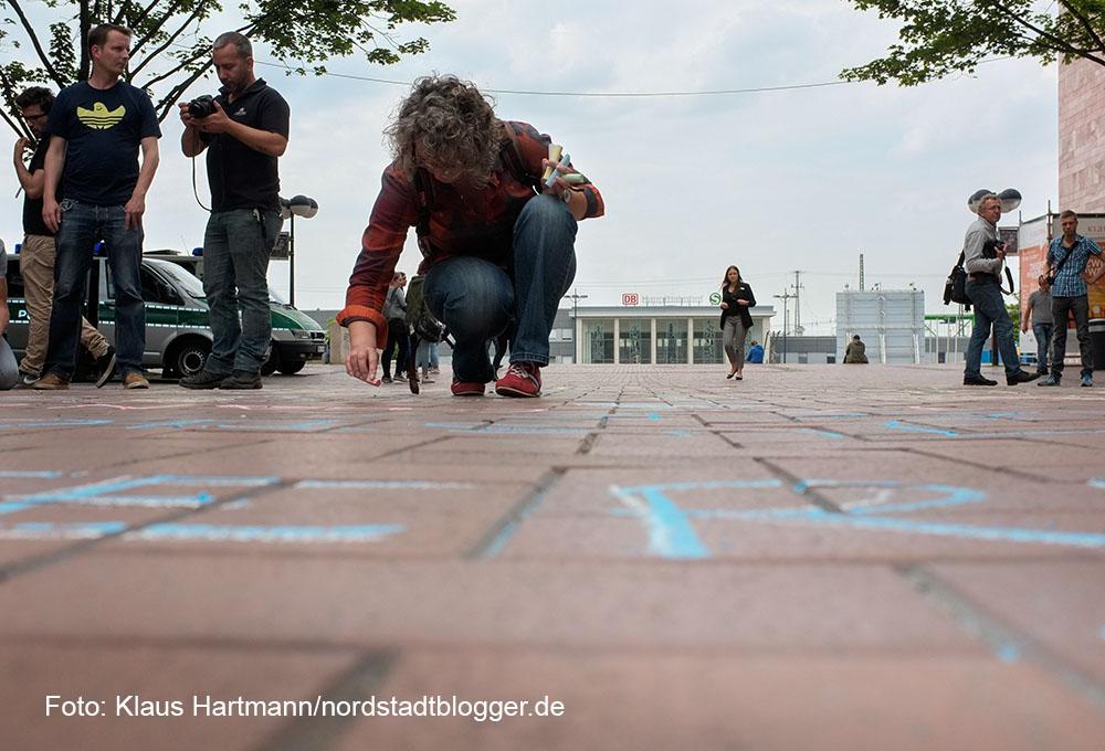 Künstler gegen Bürokratie: Bunter Protest vor dem Flüchtlingscamp an der Katharinentreppe