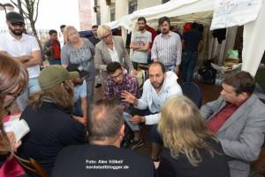 """""""Jeder Tag mehr kann das Leben unserer Familien kosten"""", betont Fadi Khatib (Mitte, weißer Pulli)."""